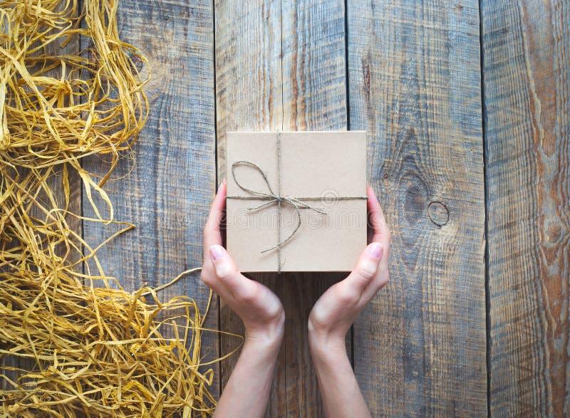 Tillverka gåvaasken på trätabellen med basten eller tvinna royaltyfri foto