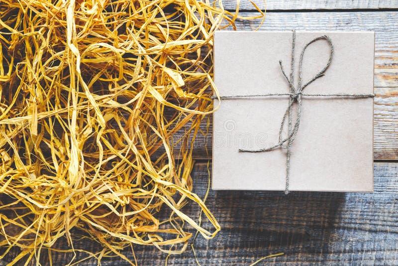 Tillverka gåvaasken på trätabellen med basten eller tvinna royaltyfria foton