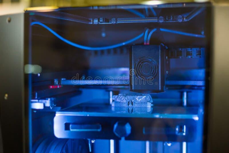 tillverkande skrivare 3D under arbete royaltyfria bilder