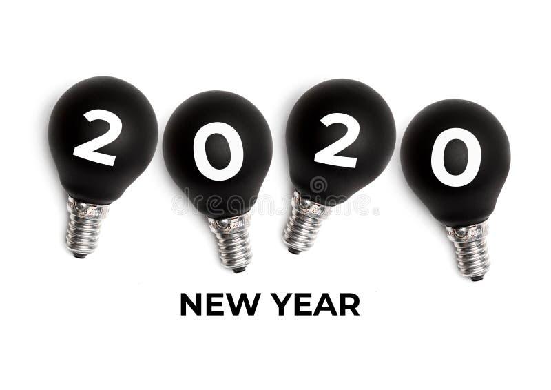2020 tillverkat av siffror på svart lampa på vit studiobas bakgrund arkivfoton