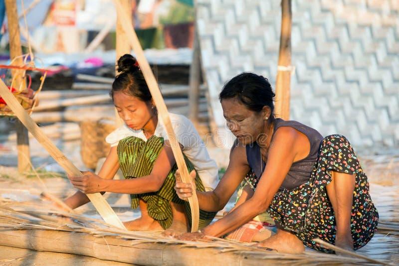 Tillverkning av bambuväggar arkivfoto