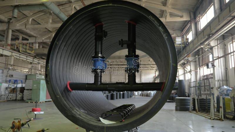 Tillverkning av plast- vattenrör Sikt av fabriksgolvet Färdigt stort rör Processen av plast- rör för danande fotografering för bildbyråer