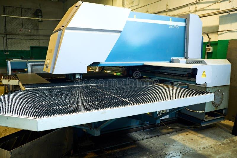 Tillverkning av ståldörrar, dellager som förpackar, produktion arkivfoto