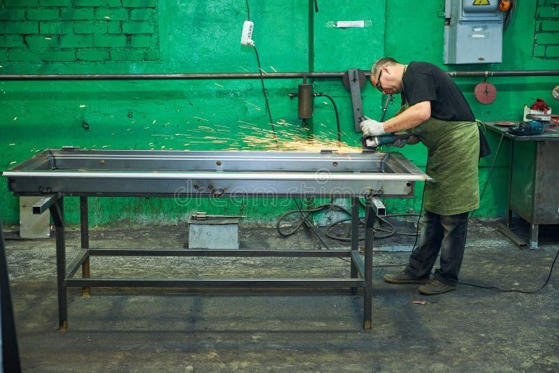Tillverkning av st?ld?rrar, svetsning av metalld?rrar, produktion arkivbild