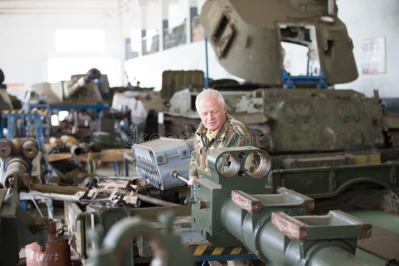 Tillverkning och underhåll av militär utrustning och behållare royaltyfri foto