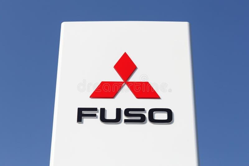 Tilst, Danemark - 20 avril 2018 : Logo de Mitsubishi Fuso sur un panneau La société de Mitsubishi Fuso est un fabricant des camio photos stock