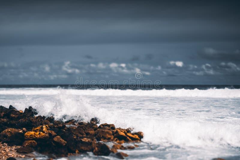 Tiltshift-Ansicht der steinigen Küste lizenzfreie stockfotos