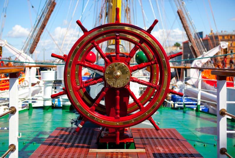 Timón de la nave. foto de archivo