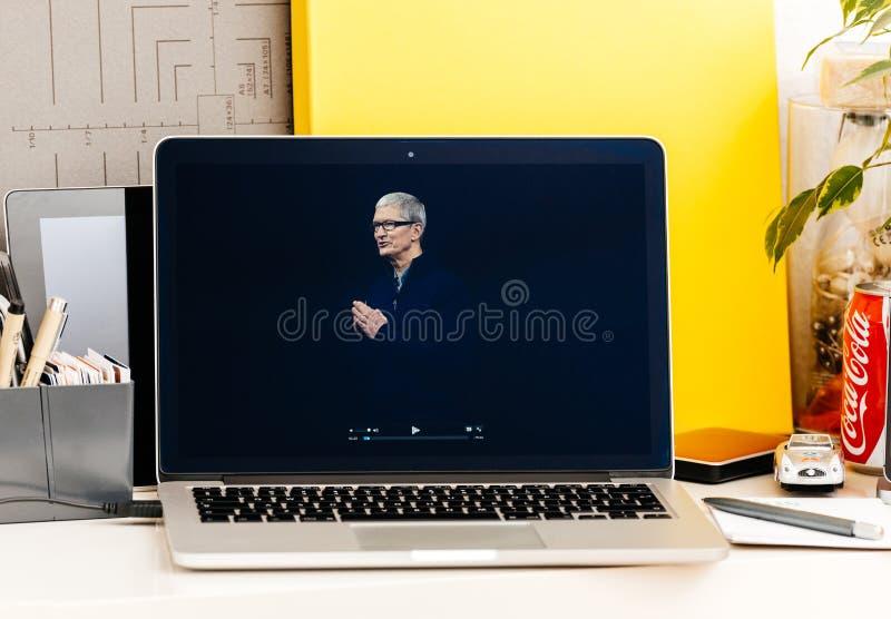 Tim Cook Saluting för presentation för Macbook pro-handlagstång åhörare royaltyfri foto