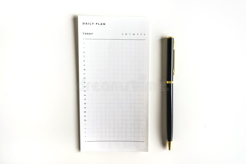 Tim- dagligt plan som g?r listan med den svarta pennan arkivfoton