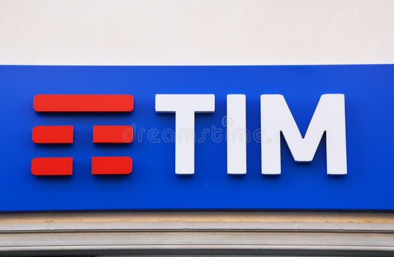 TIM logo na ścianie Telecom Italia wisząca ozdoba, także znać jako TIM, jest Włoskim telefon komórkowy sieci gatunkiem od 1995 fotografia royalty free