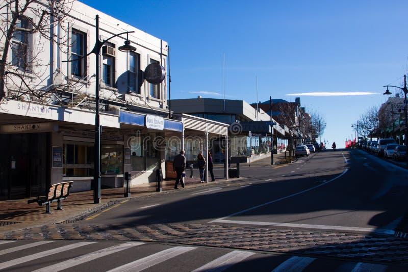 TIMARU, НОВАЯ ЗЕЛАНДИЯ, 4-ОЕ ИЮНЯ 2017: Улица с зданием магазина стоковые фотографии rf