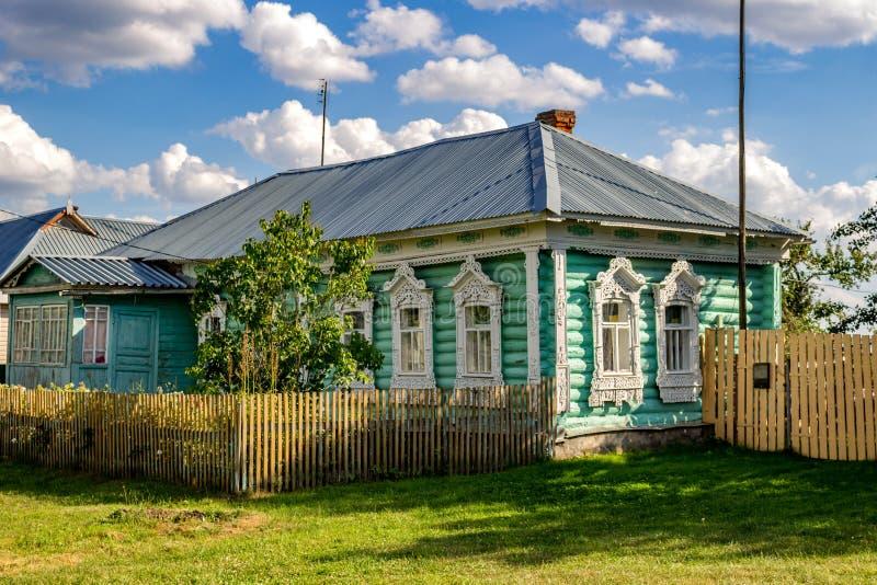 Timashovo Rosja, Sierpień, - 2018: Stary wioski beli dom z pięknymi rzeźbiącymi platbands obraz royalty free