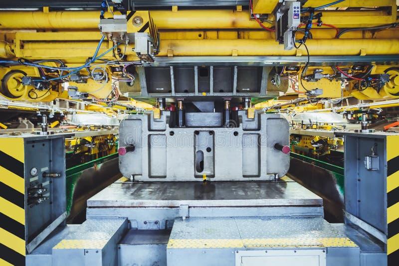 Timbrando linea sulla fabbricazione dell'automobile fotografie stock