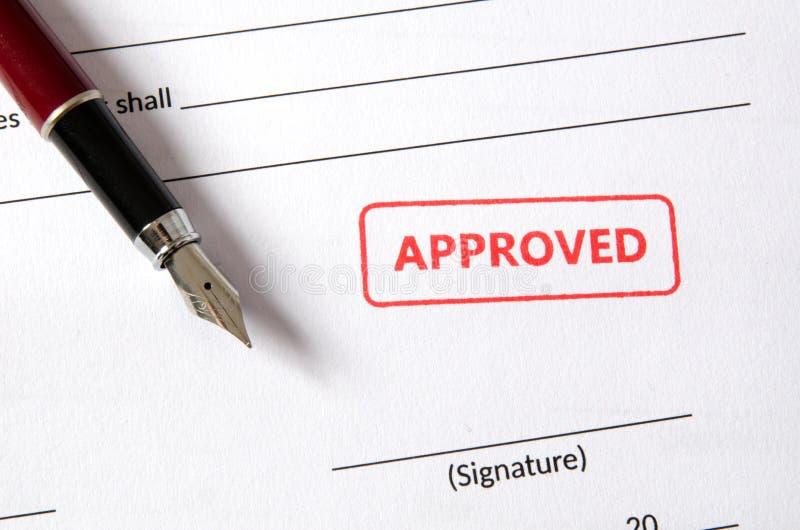 Timbre approuvé sur le document Champ vide de signature, stylo-plume photo libre de droits