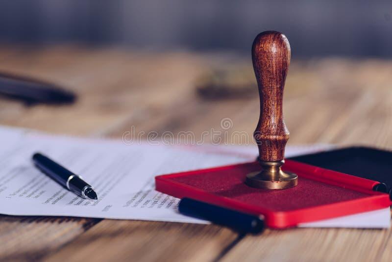 Timbre d'encre de notaire sur le document signé photographie stock