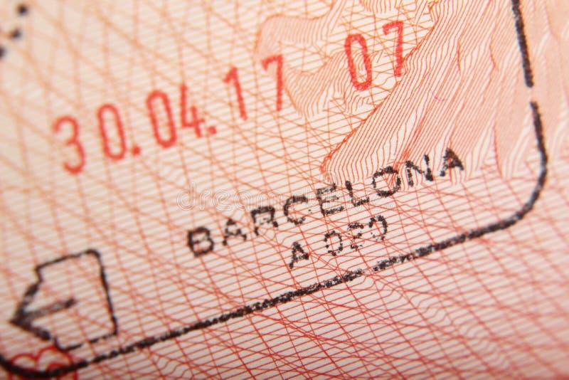 Timbre de départ dans un passeport d'aéroport de Barcelone photos stock