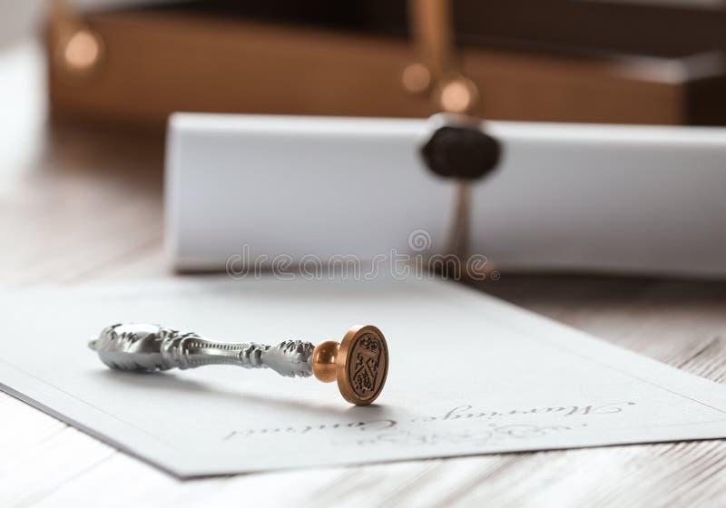 Timbre et document de notaire de cru sur la table en bois, plan rapproché images libres de droits