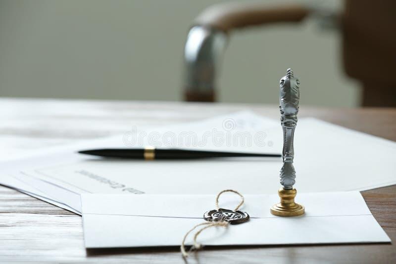 Timbre et documents de notaire de cru sur la table en bois photo libre de droits