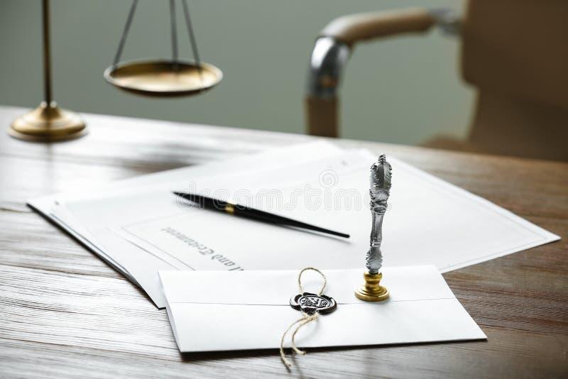 Timbre et documents de notaire de cru sur la table en bois photo stock