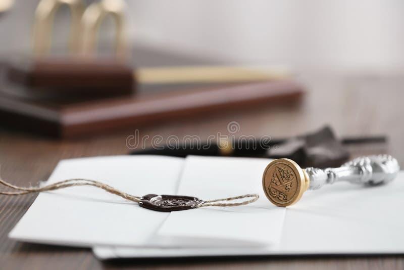 Timbre et documents de notaire de cru sur la table en bois L'espace pour le texte photo libre de droits