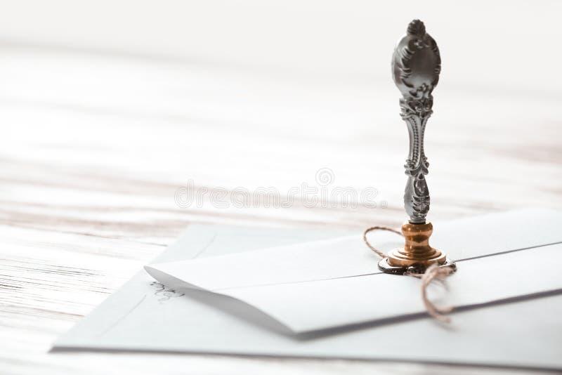 Timbre et documents de notaire de cru sur la table en bois, plan rapproché images stock
