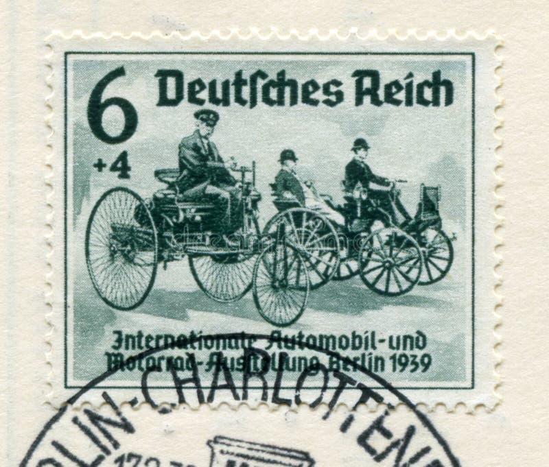 Timbre historique allemand : Les premi?res voitures de Karl Benz et de Gottlieb Daimler ?Salon international d'automobile et d'Au photo stock