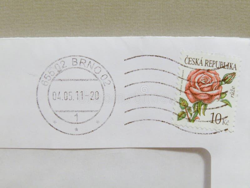 Timbre tchèque au-dessus d'une enveloppe de courrier photo libre de droits