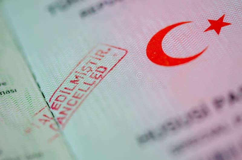 Timbro di gomma ANNULLATO rosso sul passaporto fotografie stock