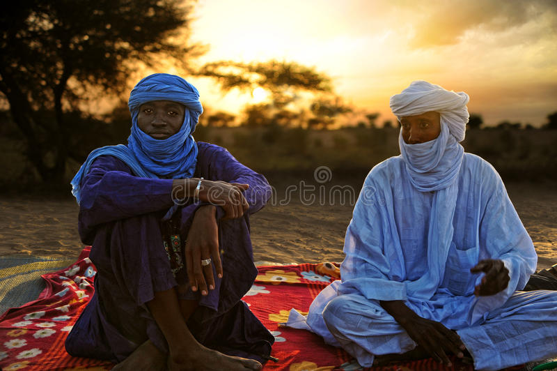 TIMBUKTU, ΜΑΛΙ Τοποθέτηση Tuaregs για ένα πορτρέτο στο στρατόπεδο κοντά σε Timbuktu στοκ εικόνες