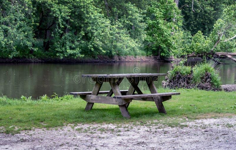 Time för en picknick vid floden royaltyfri fotografi