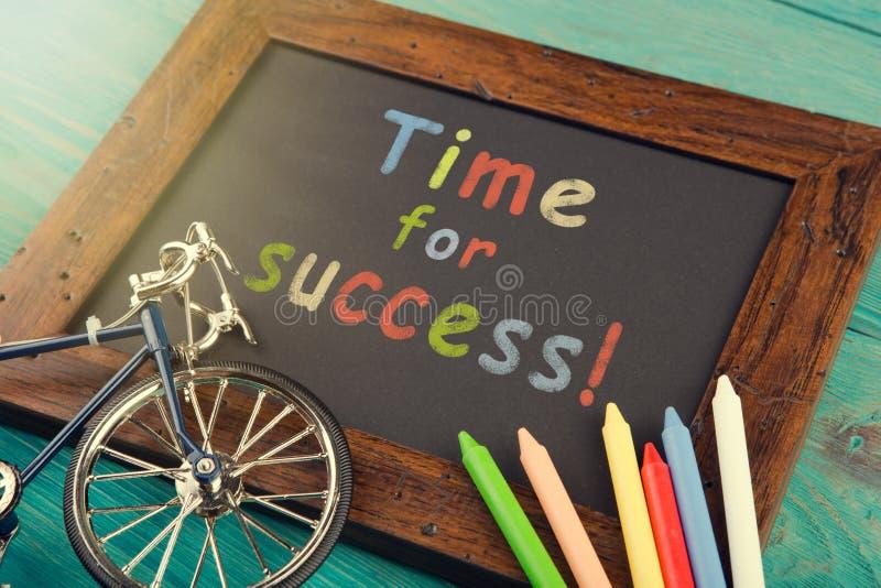 Time för framgång - som är skriftlig med färgpennor på den svart tavlan royaltyfri fotografi