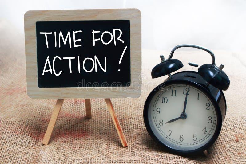 Time för handling, Motivational ordcitationsteckenbegrepp arkivfoto