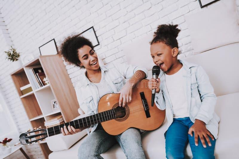 Time för lyckligt och lek på rolig mors dag för piano royaltyfri fotografi