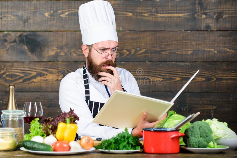Time f?r sunt mellanm?l Sund mat och vegetarian koncentrerad man som lagar mat i k?k Yrkesmässig kock i kock royaltyfri fotografi