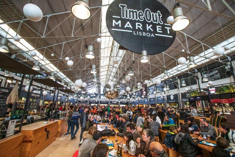 Time Outmarknad Lissabon Folkmassa av att äta för folk arkivbild