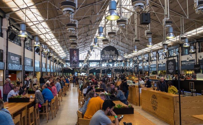 Time Outmarknaden Lissabon (föregående Mercado da Ribeira på Cais) är en matkorridor som lokaliseras i Lissabon, Portugal fotografering för bildbyråer