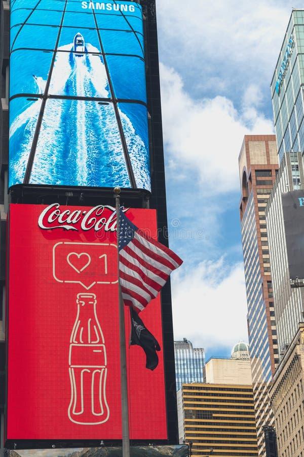 Time Square, NYC Arte de n?on, quadros de avisos, arranha-c?us, Coca Cola Logo e bandeira americana imagem de stock royalty free