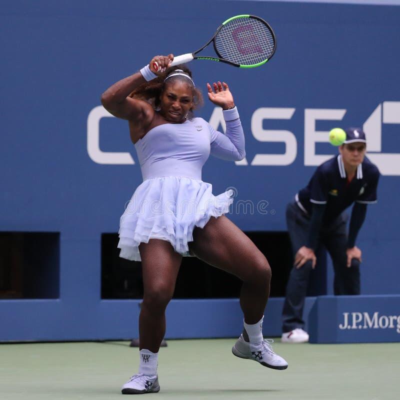 23-time wielkiego szlema mistrz Serena Williams w akci podczas jej 2018 us open round 16 dopasowanie przy Krajowym tenisa centrum zdjęcia royalty free