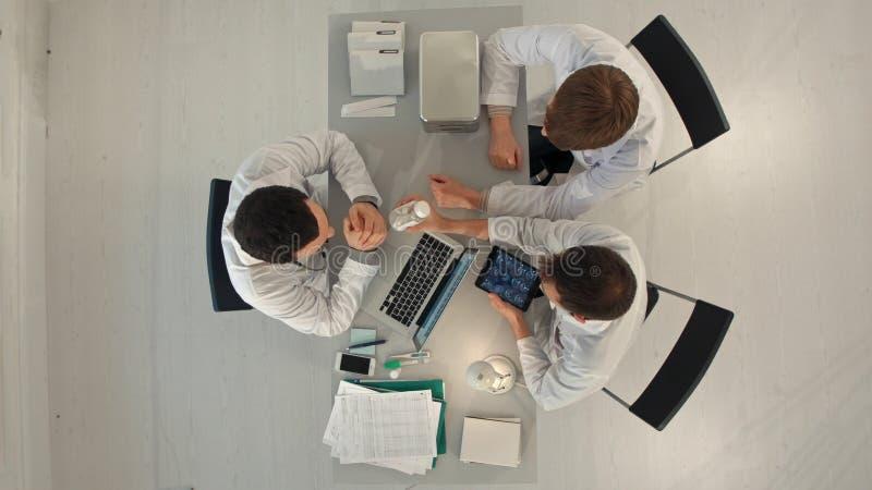 Timelapse医院,医疗教育、医疗保健、人和医学概念-小组有片剂个人计算机的愉快的医生 免版税库存图片