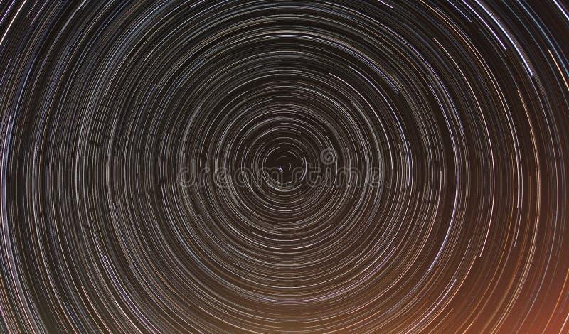 Timelapse acumulativo de los rastros de la estrella en cielo nocturno. fotos de archivo libres de regalías