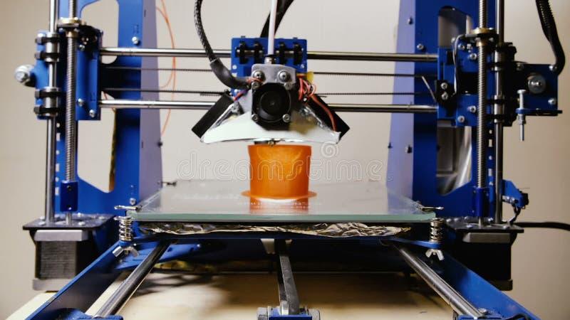 Timelapse de imprimir o copo vermelho com o filamento plástico na impressora 3D video estoque