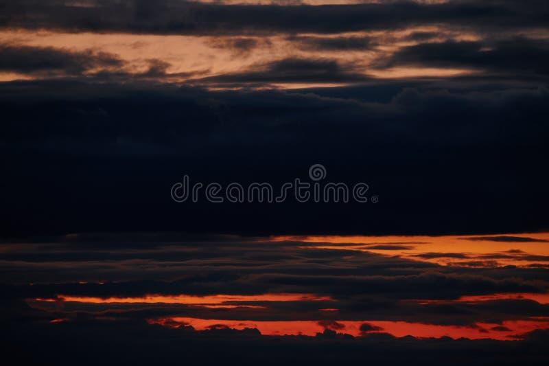 Timelapse des dunklen st?rmischen Himmels mit Wolken nachts stockbilder