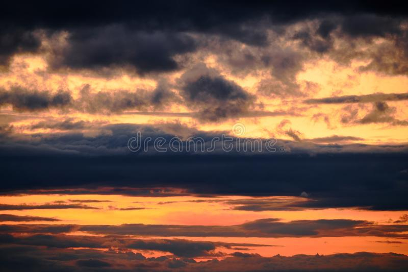 Timelapse des dunklen st?rmischen Himmels mit Wolken nachts lizenzfreies stockfoto