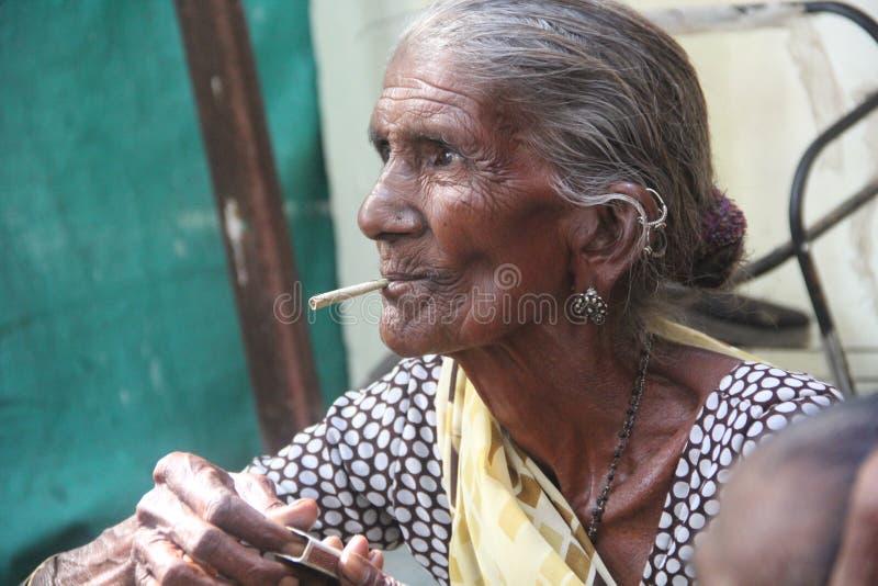 Timepass de vieillesse fumant - l'Inde Gandhi nagar photo libre de droits