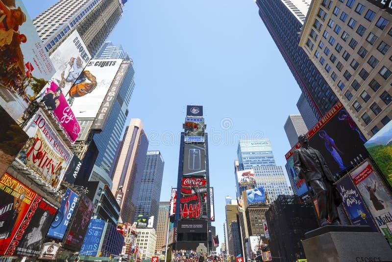 Times Square, caracterizado com teatros de Broadway e sinais animados do diodo emissor de luz, New York City, EUA fotografia de stock royalty free