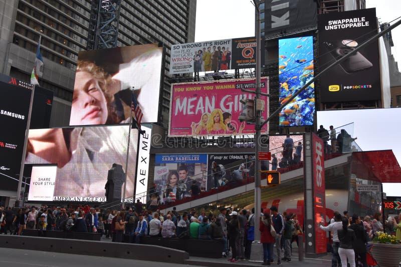 Times Square, caracterizado com teatros de Broadway e sinais animados do diodo emissor de luz, em Manhattan imagens de stock royalty free