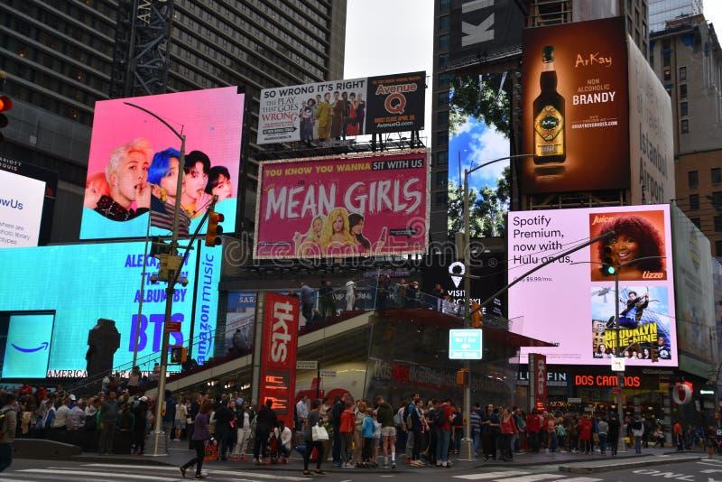 Times Square, caracterizado com teatros de Broadway e sinais animados do diodo emissor de luz, em Manhattan fotos de stock