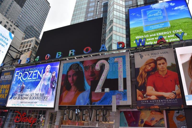 Times Square, caracterizado com teatros de Broadway e sinais animados do diodo emissor de luz, em Manhattan fotografia de stock