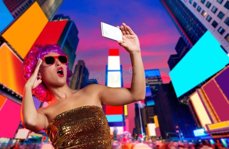 Times Square cor-de-rosa NYC da foto do selfie da peruca do party girl imagens de stock